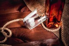 Стекло вискиа с льдом, бутылкой вискиа и веревочкой Стоковое Изображение RF