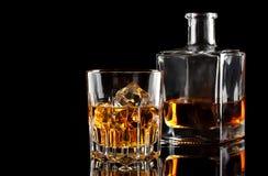 Стекло вискиа с льдом и квадратным графинчиком Стоковое Изображение RF