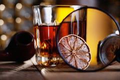 Стекло вискиа, лупы, лимона и smooking трубы Стоковое Фото