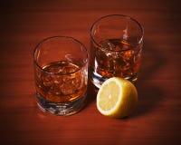 Стекло вискиа Highball с льдом и лимоном Стоковое Фото