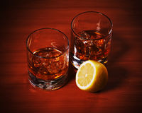 Стекло вискиа Highball с льдом и лимоном Стоковая Фотография RF