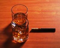 Стекло вискиа Highball с льдом и сигарой на деревянной предпосылке стоковые изображения