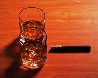 Стекло вискиа Highball с льдом и сигарой на деревянной предпосылке стоковое изображение rf