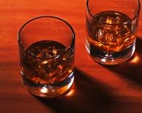 Стекло вискиа Highball с льдом на деревянной предпосылке Стоковые Фотографии RF