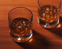 Стекло вискиа Highball с льдом на деревянной предпосылке Стоковое фото RF