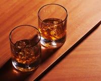 Стекло вискиа Highball с льдом на деревянной предпосылке Стоковое Фото