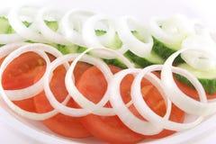 стекло вишни капусты предпосылки изолировало овощи томатов томата салата плиты салата овальные белые Стоковое Фото
