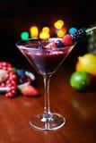 Стекло вкусного тропического коктеиля с ягодами или лимонадом Стоковая Фотография