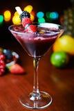 Стекло вкусного тропического коктеиля с ягодами или лимонадом Стоковая Фотография RF