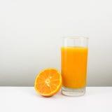 Стекло вкусного чисто апельсинового сока и свежей оранжевой половины Стоковые Фотографии RF