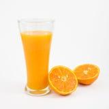 Стекло вкусного чисто апельсинового сока и свежей оранжевой половины Стоковые Фото