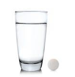 Стекло воды и пилюлек изолированных на белой предпосылке Стоковые Изображения RF