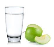 Стекло воды и яблока изолированных на белизне Стоковое фото RF