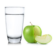 Стекло воды и яблока изолированных на белой предпосылке Стоковое Изображение RF