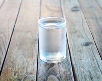 Стекло воды на деревянном поле. стоковые фотографии rf