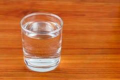 Стекло воды на деревянном столе с космосом для текста Стоковое Изображение RF