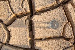 Стекло воды на иссушанной почве IV стоковое изображение rf