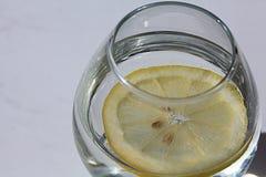 стекло воды с лимоном, лимонадом, белой предпосылкой Стоковые Изображения RF