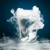 Стекло воды с паром льда стоковая фотография rf