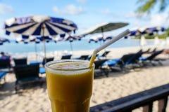 Стекло встряхивания манго с видом на море Стоковые Изображения RF
