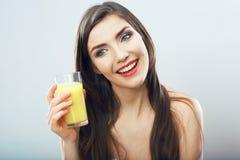 Стекло владением женщины с апельсиновым соком Стоковое Фото