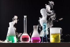 Стекло в химической лаборатории заполнило с покрашенной жидкостью во время Стоковые Фотографии RF