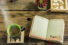 Стекло горячего чая на старом деревянном столе Стоковые Изображения RF