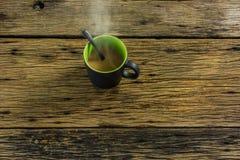 Стекло горячего чая на старом деревянном столе Стоковые Изображения