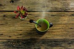 Стекло горячего чая на старом деревянном столе Стоковые Фотографии RF