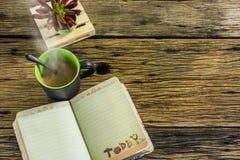 Стекло горячего чая на старом деревянном столе Стоковая Фотография RF
