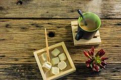 Стекло горячего чая на старом деревянном столе Стоковое Изображение RF
