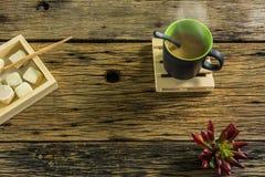 Стекло горячего чая на старом деревянном столе Стоковая Фотография