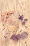 Стекло горячего шоколада с циннамоном, гвоздичными деревьями и Стоковое Изображение