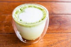 Стекло горячего latte зеленого чая matcha с пеной молока Стоковое фото RF