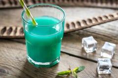 Стекло голубого коктеиля curacao и сока Стоковая Фотография