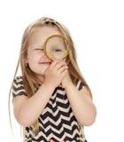 стекло девушки смотря увеличивающ стоковое фото