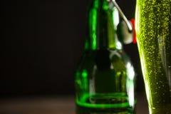Стекло зеленых пива и пивной бутылки на день St Patricks Стоковая Фотография RF