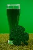 Стекло зеленых пива и shamrock на день St Patricks на траве Стоковые Изображения RF