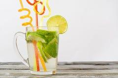 Стекло известки и стекло питья на деревянном столе Стоковая Фотография RF