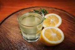 Стекло лимонада на деревянной доске Стоковое фото RF