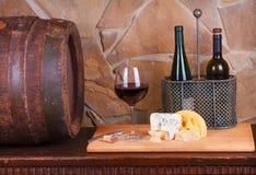 Стекло и бутылка вина, сыра и ветчины и старого деревянного бочонка Стоковые Фотографии RF
