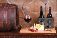 Стекло и бутылка вина, сыра и ветчины стоковые изображения rf