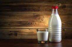 Стекло и бутылка молока стоковые изображения rf