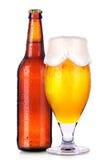 Стекло и бутылка пива с падениями изолированного на белизне Стоковое Изображение