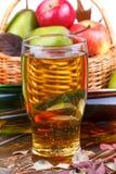 Стекло и бутылки сидра, корзины плодоовощей Стоковые Изображения RF