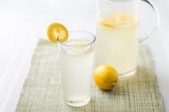 Стекло и кувшин лимонада Стоковые Фотографии RF