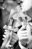 Стекло и поцелуй свадьбы Стоковое фото RF