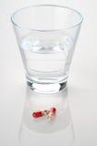Стекло капсул воды и медицины Стоковые Фото