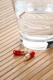 Стекло капсул воды и медицины Стоковое фото RF