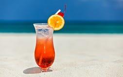 Стекло коктеиля на песочном пляже коралла Стоковое Изображение